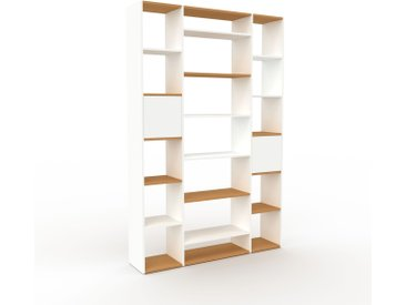 Bücherregal Weiß - Modernes Regal für Bücher: Türen in Weiß - 154 x 233 x 35 cm, Individuell konfigurierbar