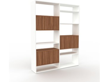 Wohnwand Weiß - Individuelle Designer-Regalwand: Türen in Nussbaum - Hochwertige Materialien - 152 x 195 x 35 cm, Konfigurator