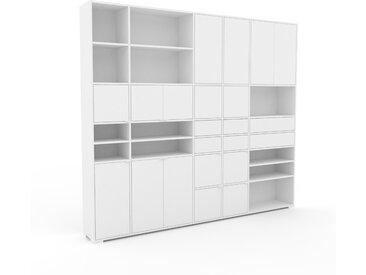 Wohnwand Weiß - Individuelle Designer-Regalwand: Schubladen in Weiß & Türen in Weiß - Hochwertige Materialien - 267 x 235 x 35 cm, Konfigurator