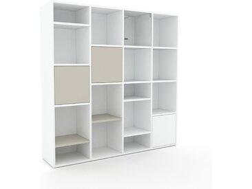 Bücherregal Weiß - Modernes Regal für Bücher: Türen in Taupe - 156 x 157 x 35 cm, Individuell konfigurierbar