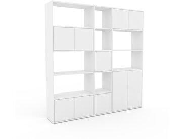 Wohnwand Weiß - Individuelle Designer-Regalwand: Türen in Weiß - Hochwertige Materialien - 190 x 195 x 35 cm, Konfigurator