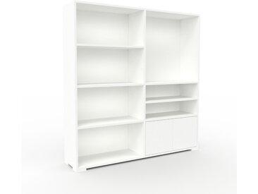 Bücherregal Weiß - Modernes Regal für Bücher: Türen in Weiß - 152 x 158 x 35 cm, Individuell konfigurierbar