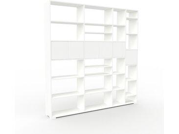 Wohnwand Weiß - Individuelle Designer-Regalwand: Türen in Weiß - Hochwertige Materialien - 229 x 235 x 35 cm, Konfigurator