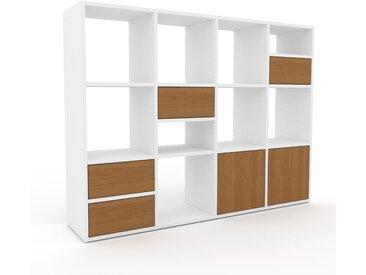 Wohnwand Weiß - Individuelle Designer-Regalwand: Schubladen in Eiche & Türen in Eiche - Hochwertige Materialien - 156 x 118 x 35 cm, Konfigurator