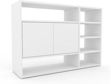 Bücherregal Weiß - Modernes Regal für Bücher: Türen in Weiß - 116 x 80 x 35 cm, Individuell konfigurierbar