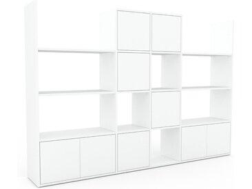Wohnwand Weiß - Individuelle Designer-Regalwand: Türen in Weiß - Hochwertige Materialien - 229 x 157 x 35 cm, Konfigurator