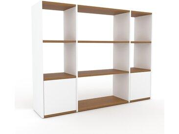 Bibliotheksregal Weiß - Individuelles Regal für Bibliothek: Türen in Weiß - 154 x 118 x 35 cm, konfigurierbar