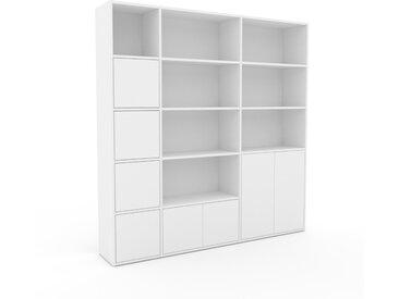 Bücherregal Weiß - Modernes Regal für Bücher: Türen in Weiß - 190 x 195 x 35 cm, Individuell konfigurierbar