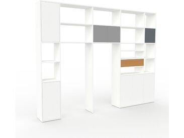 Wohnwand Weiß - Individuelle Designer-Regalwand: Schubladen in Eiche & Türen in Weiß - Hochwertige Materialien - 303 x 233 x 35 cm, Konfigurator