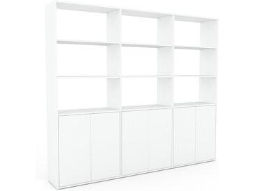 Bücherregal Weiß - Modernes Regal für Bücher: Türen in Weiß - 226 x 195 x 35 cm, Individuell konfigurierbar