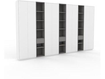 Schank Weiß - Moderner Schrank: Schubladen in Grau & Türen in Weiß - Hochwertige Materialien - 416 x 239 x 35 cm, konfigurierbar