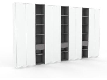 Schrank Weiß - Moderner Schrank: Schubladen in Grau & Türen in Weiß - Hochwertige Materialien - 416 x 239 x 35 cm, konfigurierbar
