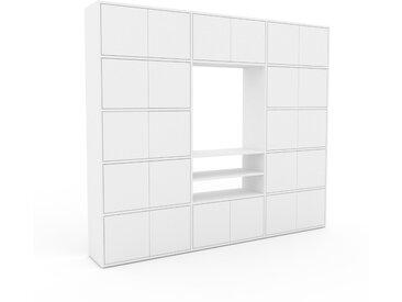 Wohnwand Weiß - Individuelle Designer-Regalwand: Türen in Weiß - Hochwertige Materialien - 226 x 195 x 35 cm, Konfigurator