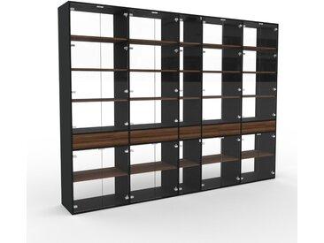 Vitrine Kristallglas klar - Moderne Glasvitrine: Schubladen in Nussbaum & Türen in Kristallglas klar - Hochwertige Materialien - 339 x 253 x 47 cm, konfigurierbar