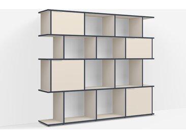 Individualisierbares Bücherregal aus Spanplatte in Beige. Moderne