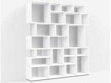 Individualisierbares Bücherregal aus Spanplatte in Weiß. Moderne