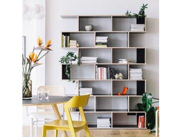 Individualisierbares Bücherregal aus Multiplexplatte in Schwarz.