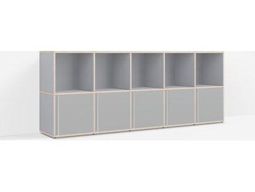 Personalisierbares Schallplattenregal aus Massivholz in Grau.
