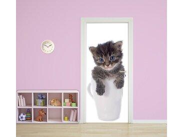 Bilderdepot24 Deco-Panel, Türtapete selbstklebend Tierwelpen in Teetassen Katze 90 x 200 cm Tierbaby klein niedlich Haustier cat Stubentiger