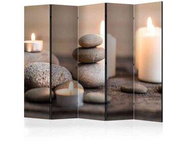 Wellness Bereich Paravent mit Steinen und Kerzen Grau