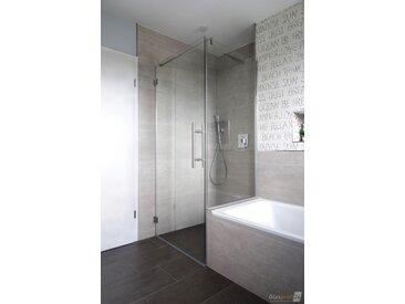 Duschkabine neben Badewanne mit verkürzter Seitenwand