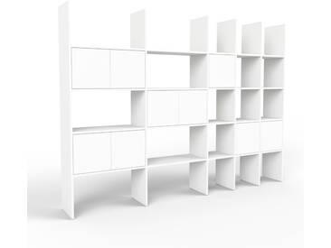 Bücherregal Weiß - Modernes Regal für Bücher: Türen in Weiß - 267 x 195 x 35 cm, Individuell konfigurierbar