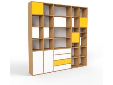Holzregal Eiche - Modernes Regal aus Holz: Schubladen in Weiß & Türen in Gelb - 231 x 233 x 35 cm, Personalisierbar