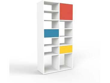 Bücherregal Weiß - Modernes Regal für Bücher: Schubladen in Blau & Türen in Rot - 79 x 157 x 35 cm, konfigurierbar