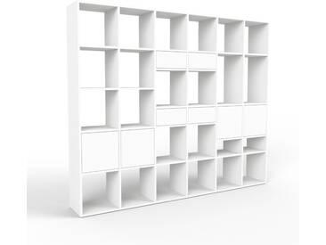 Bücherregal Weiß - Modernes Regal für Bücher: Schubladen in Weiß & Türen in Weiß - 233 x 195 x 35 cm, konfigurierbar