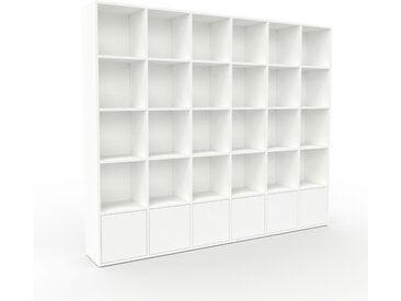 Bücherregal Weiß - Modernes Regal für Bücher: Türen in Weiß - 233 x 195 x 35 cm, Individuell konfigurierbar