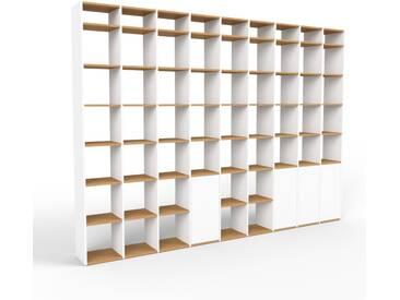 Bücherregal Weiß - Modernes Regal für Bücher: Türen in Weiß - 349 x 253 x 35 cm, Individuell konfigurierbar
