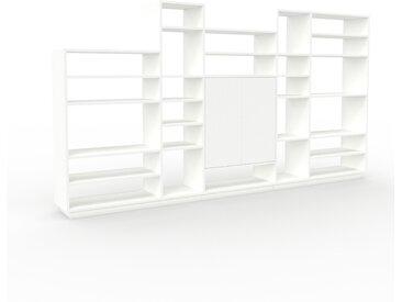 Bücherregal Weiß - Modernes Regal für Bücher: Türen in Weiß - 303 x 162 x 35 cm, Individuell konfigurierbar