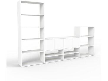 Holzregal Weiß - Skandinavisches Regal aus Holz: Türen in Weiß - 301 x 195 x 35 cm, Personalisierbar