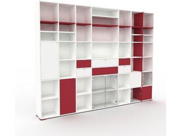 Vitrine Weiß - Moderne Glasvitrine: Schubladen in Burgundrot & Türen in Kristallglas klar - Hochwertige Materialien - 308 x 235 x 35 cm, konfigurierbar