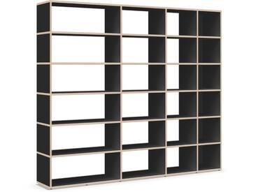 Individualisierbares Bücherregal aus Massivholz in Schwarz.