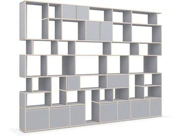 Individualisierbare Bücherwand aus Massivholz in Grau. Moderne