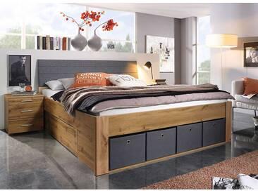 Bett in Eiche Wotan-NB mit gepolstertem Kopfteil in hellgrauen Webstoff, 2 Sockelschubladen und 4 graue Stoffkisten, Maße: B/H/T ca. 185/103/216 cm