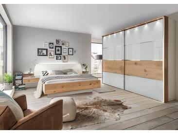 Schlafzimmer in weiß mit Glasfronten und Absetzungen in Balkeneichefurnier, Schwebetürenschrank, Bett mit Liegefläche 180x200 cm, 2 Nachtschränke
