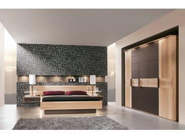 Schlafzimmer Mira Multi 4 von Thielemeyer in Strukturesche Komfort-Liegenbett, Nachkonsole 5-türiger Kleiderschrank Absetzung Color Glas dunkelbraun