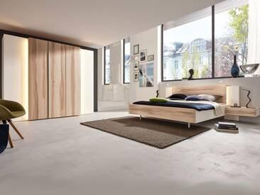 Thielemeyer Cero Massivholz Schlafzimmer in Wildkernbuche und matt weiß lackierten Massivholzflächen. Bestehend aus Komfort Liegenbett und Kleiderschrank sowie Nachtkonsolen.