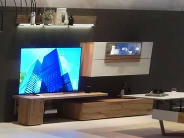 Voglauer V Alpin Vorschlagskombination 314 Relaunch AV314 Wohnkombination vierteilig für Wohnzimmer mit Hängevitrine Wandboard Mediaelement und Lowboard Frontakzent Colorglas Farbe und Beleuchtung wählbar