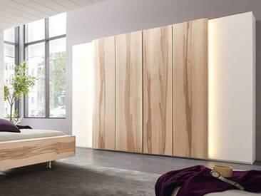 Thielemeyer Cero Massivholz Kleiderschrank in Wildkernbuche und matt weiß lackierten Massivholzflächen. Verschiedene Breiten und wahlweise mit Beleuchtung.
