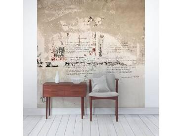 Bilderwelten Beton Vliestapete Quadrat »Alte Betonwand mit Bertolt Brecht Versen«, grau, 240x240 cm, Grau